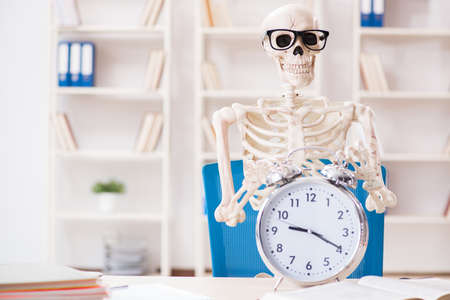 Skeleton businessman working in the office Banque d'images