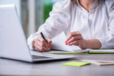 Mani della donna che lavorano sul computer allo scrittorio