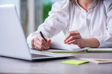 Vrouwenhanden die aan computer bij bureau werken