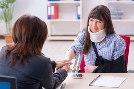 Abogado visitante del empleado lesionado para obtener asesoramiento sobre seguros