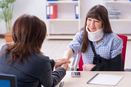 Injured employee visiting lawyer for advice on insurance Фото со стока