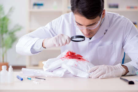 Expert criminologist working in the lab for evidence Banque d'images - 102985591