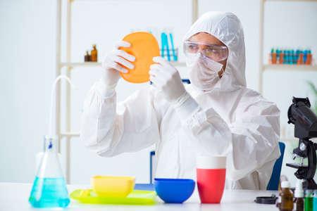 Chimiste vérifiant et testant des plats en plastique Banque d'images