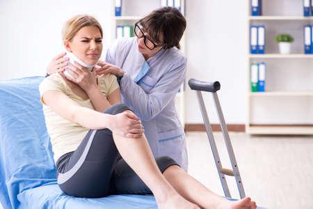 Arzt untersucht verletzte Frau im Krankenhaus