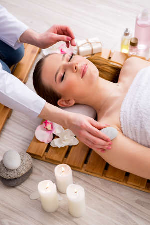 Young woman during spa procedure in salon Banque d'images