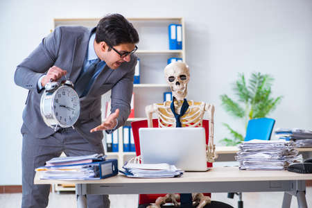 Angry boss yelling at his skeleton employee Imagens
