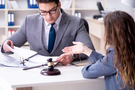 Advocaat die rechtszaak bespreekt met cliënt