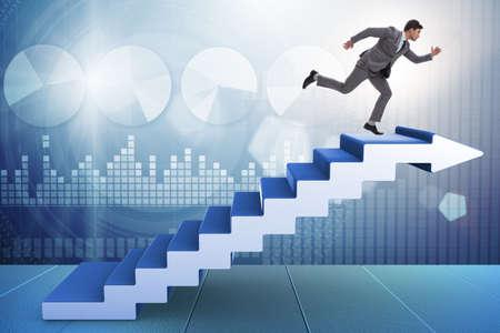 Empresario subiendo la escalera de la carrera en concepto de negocio