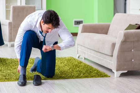 Homme s'habillant et en retard pour le travail