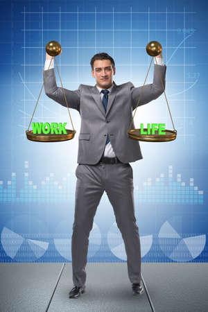 Geschäftsmann, der versucht, Balance zwischen Haus und Arbeit zu finden Standard-Bild