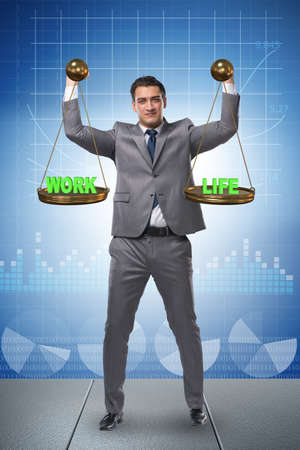 Zakenman die evenwicht probeert te vinden tussen huis en werk Stockfoto