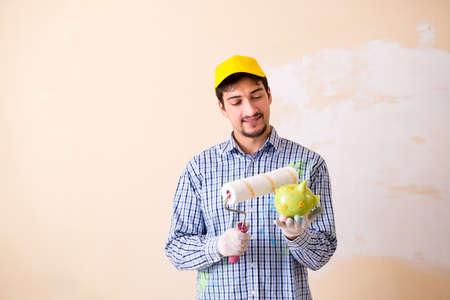 自宅で壁を描く画家の男 写真素材
