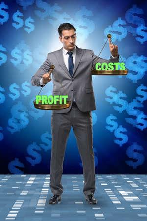 Businessman in profit benefit balance concept Foto de archivo