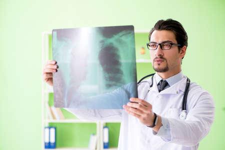 médico radiólogo mirando la tomografía computarizada en el hospital