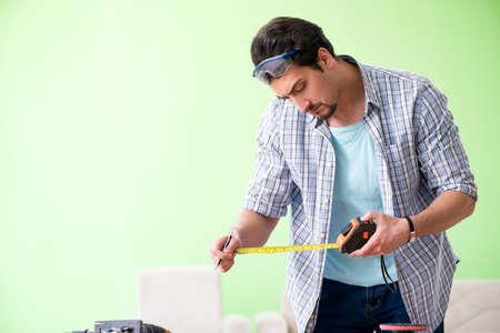 Holzarbeiter arbeiten in seiner Werkstatt Standard-Bild