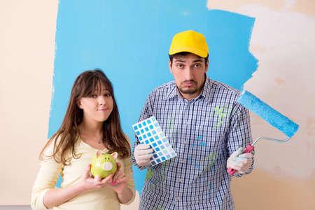 自宅でリノベーションを行う夫婦