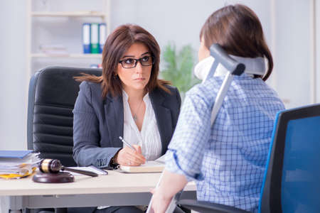 Injured employee visiting lawyer for advice on insurance Stockfoto