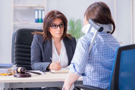 Un employé blessé consulte un avocat pour obtenir des conseils sur l'assurance