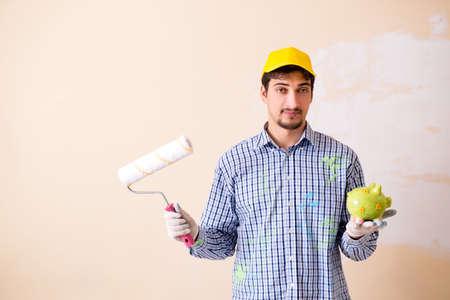 自宅で壁を描く画家の男