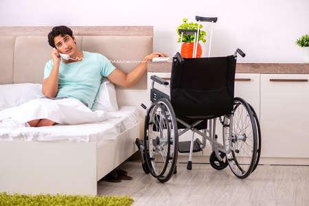 Młody przystojny mężczyzna niepełnosprawny wraca do zdrowia w domu