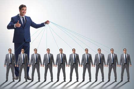 Werkgever die zijn personeel manipuleert in bedrijfsconcept