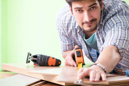 Holzarbeiter arbeiten in seiner Werkstatt