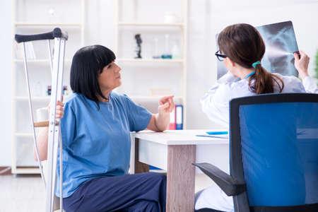 Médico examina anciana madura después del incidente