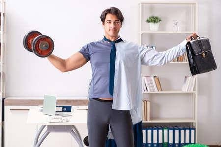 Employee combining work and healthy lifestyle Imagens