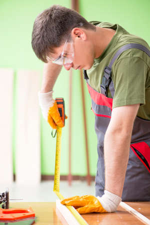 Young man carpenter working in workshop Stockfoto