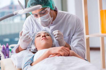 Medico in visita della donna per la chirurgia plastica Archivio Fotografico