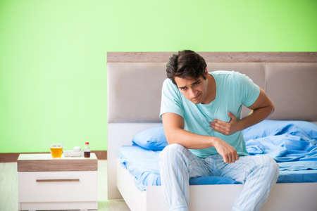 睡眠障害と不眠症に苦しむ男性 写真素材 - 109110980