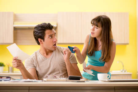 Young family struggling with personal finance Imagens