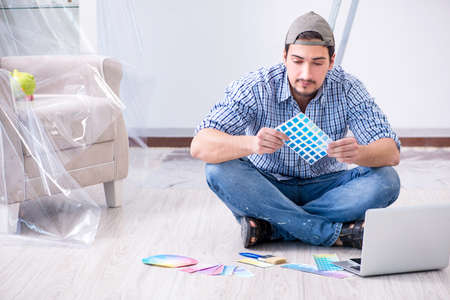 Young man contractor choosing color from rainbow Banque d'images - 110259746