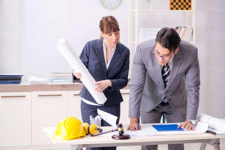 Man and woman discussing construction project Foto de archivo