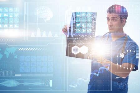 Medico che esamina l'immagine dei raggi x nel concetto di telemedicina