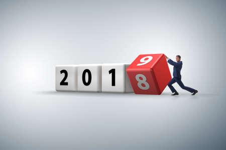 Rotierender Würfel des Geschäftsmannmitarbeiters, um Nummer 2019 zu enthüllen