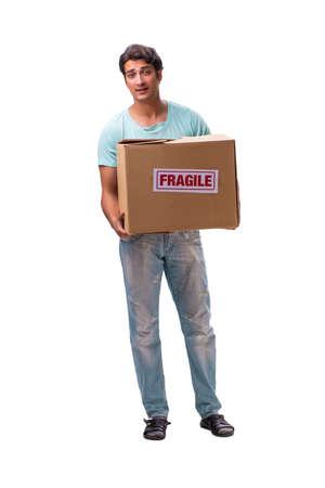 Giovane uomo bello con scatola fragile ordinato da Internet