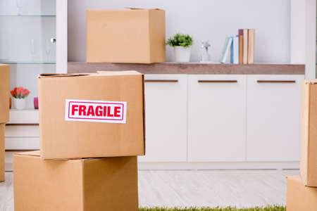 Man verhuist en verhuist met breekbare items concept foto