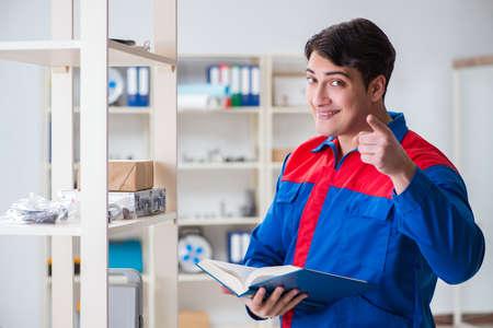 Man working in the postal warehouse Foto de archivo