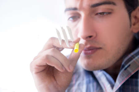 Drug addict sniffing cocaine narcotic Stockfoto