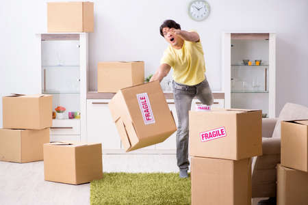 Man moving house and relocating with fragile items Banque d'images