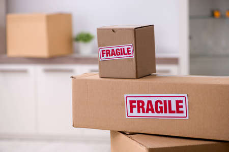 Man moving house and relocating with fragile items Stockfoto
