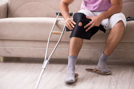 Hombre herido recuperándose en casa de una lesión deportiva