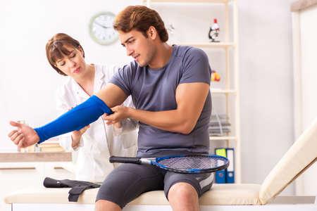 Młody tenisista odwiedza lekarza traumatologa