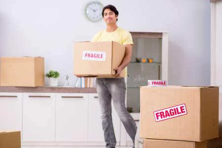 Man verhuist en verhuist met breekbare spullen