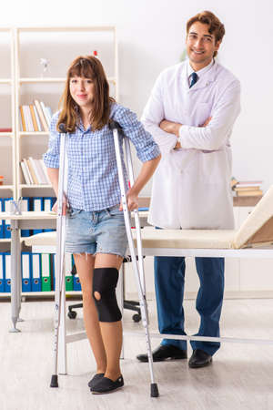 Young female patient visiting male doctor traumatologist Stockfoto