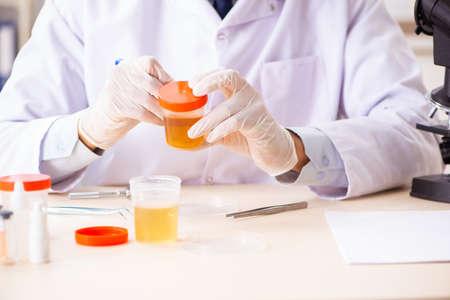 Giovane chimico bello che lavora in laboratorio