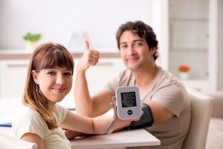 Frau überprüft den Blutdruck ihres Mannes Standard-Bild