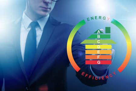 Homme d'affaires dans le concept d'efficacité énergétique