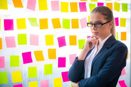 Beautiful female employee with many conflicting priorities Stockfoto